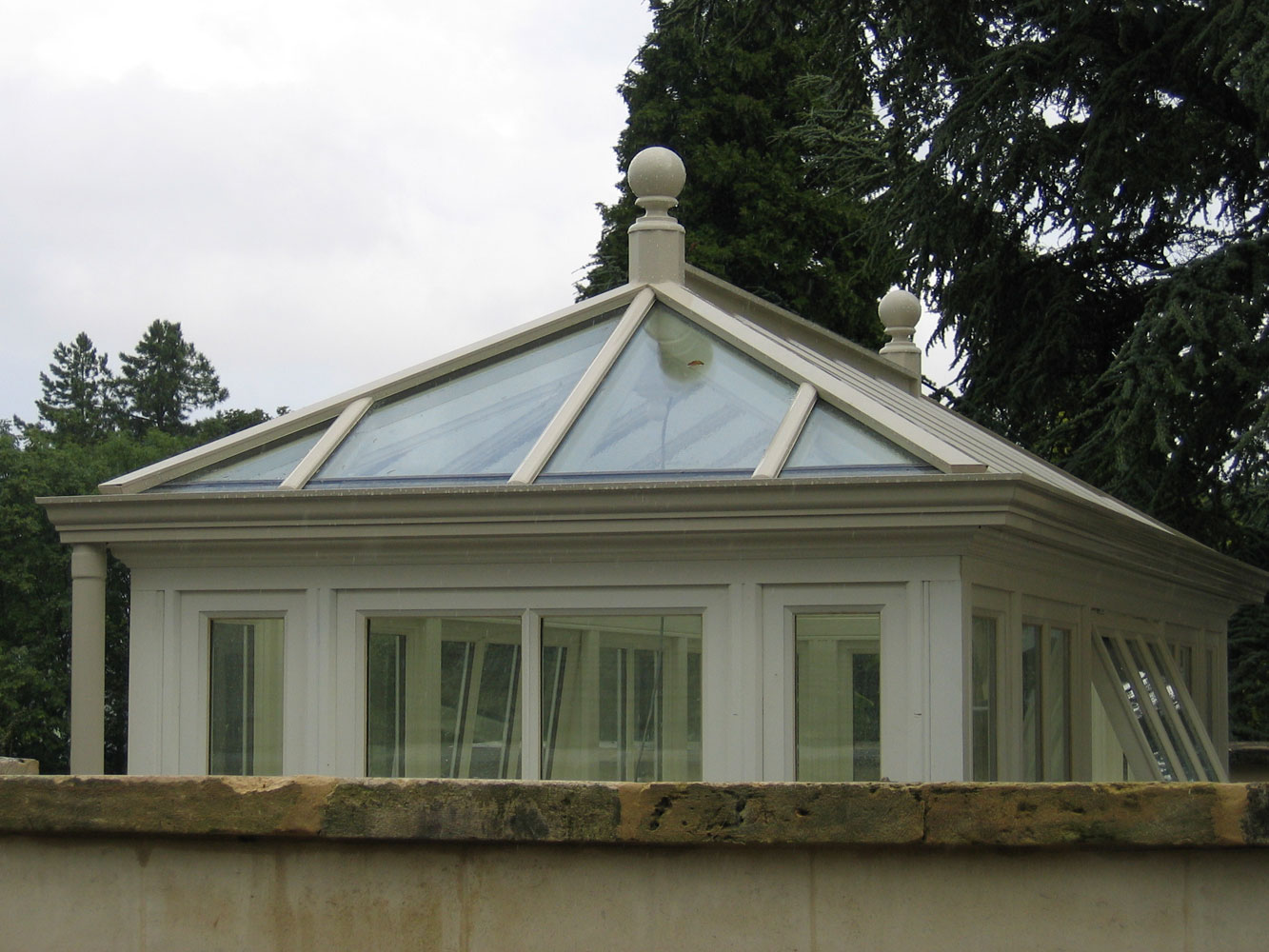 End elevation of a roof lantern with side frames